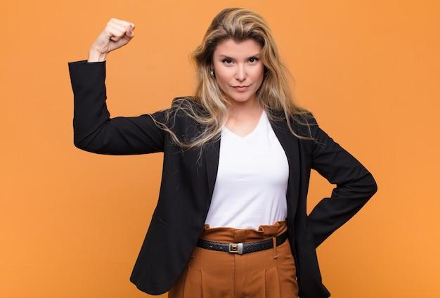 Joven y bella mujer latina que se siente seria, fuerte y rebelde, levantando el puño, protestando o luchando por la revolución