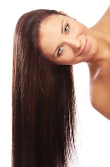 Joven y bella mujer con pelos largos