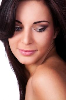 Joven y bella mujer con piel limpia