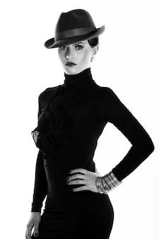 Joven y bella mujer con sombrero
