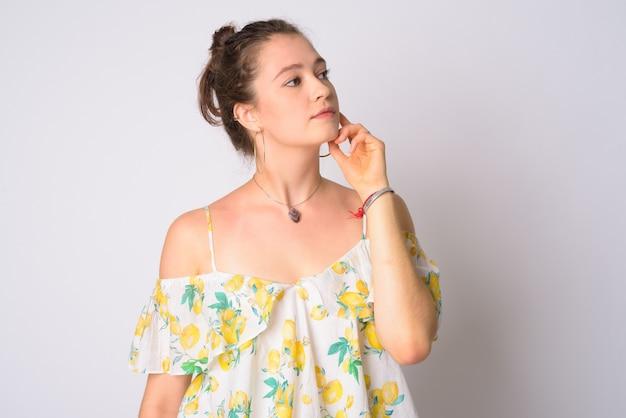 Joven y bella mujer con vestido floral fuera del hombro
