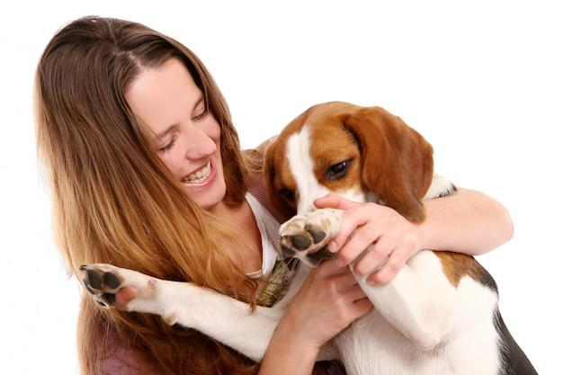 Joven y bella mujer woth perro