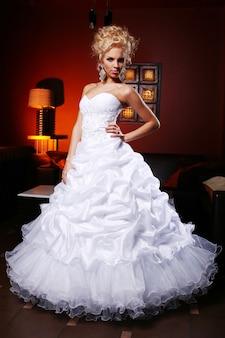 Joven y bella novia en vestido de novia