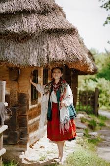 Joven belleza con un vestido bordado sonríe mientras camina