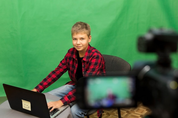 Joven blogger graba video en un verde