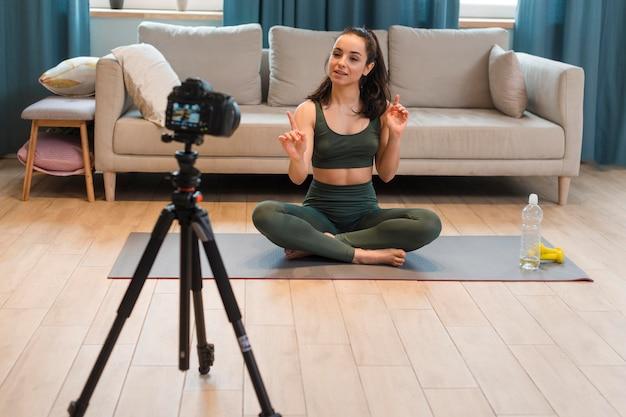 Joven blogger grabando sesión de entrenamiento