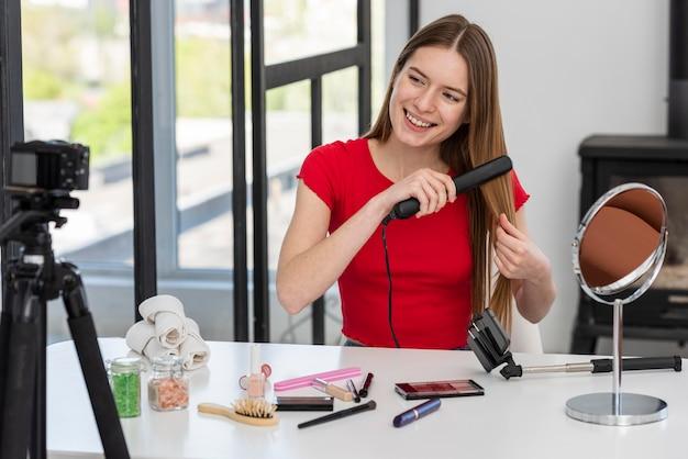 Joven blogger presentando accesorios para el cabello