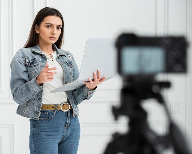 Joven blogger transmitiendo en vivo