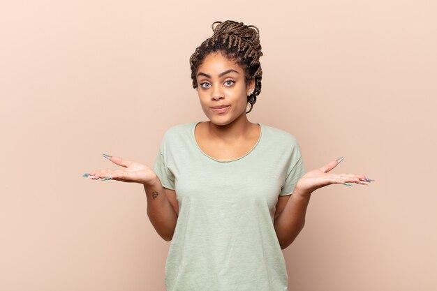 Joven bonita mujer negra