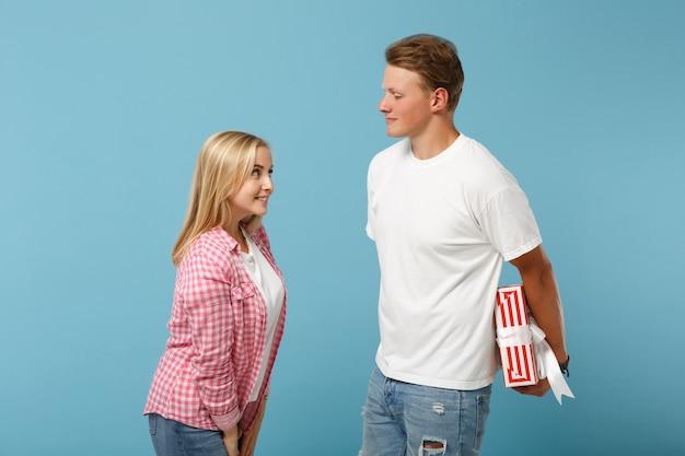 Joven bonita pareja dos amigos chico y mujer en camisetas rosas blancas posando