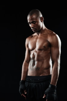 Joven boxeador afroamericano, mirando hacia abajo