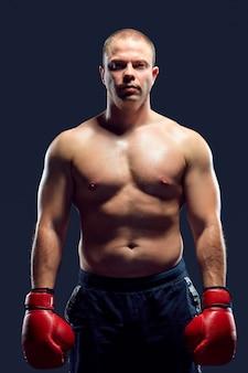 Joven boxeador caucásico