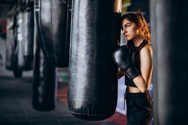 Joven boxeador entrenando en el gimnasio