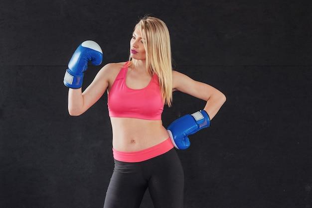 Joven boxeadora con guantes de boxeo