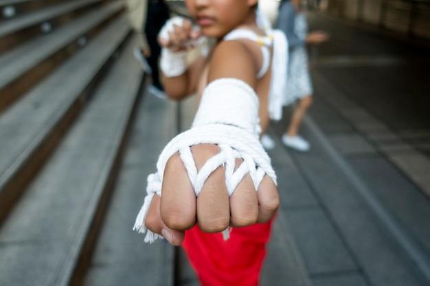 Joven en el boxeo de tradición tailandesa