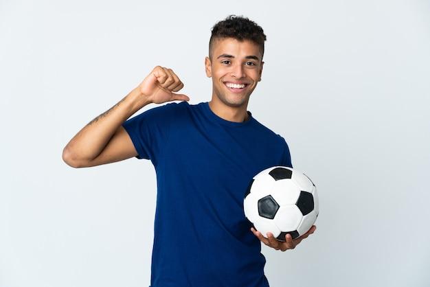 Joven brasileño sobre antecedentes aislados con balón de fútbol y orgulloso de sí mismo