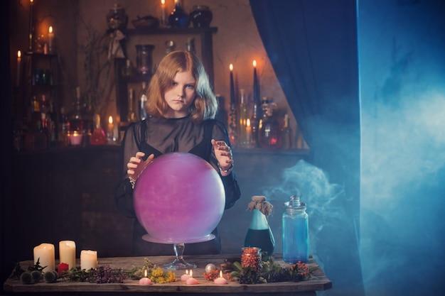 Joven bruja en casa. concepto de halloween