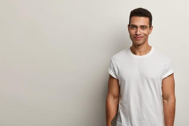Joven brunet con camiseta blanca