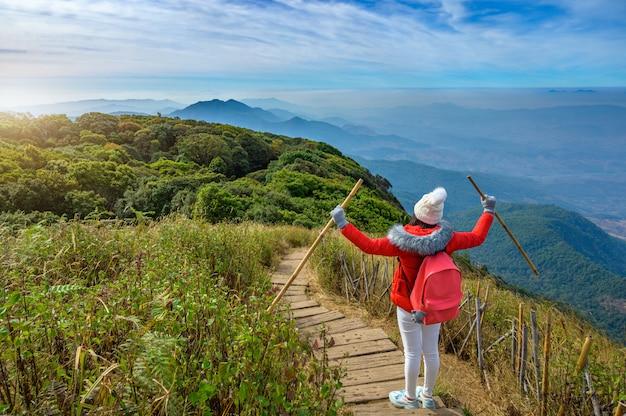 Joven caminando sobre una colina en doi inthanon, chiang mai, tailandia