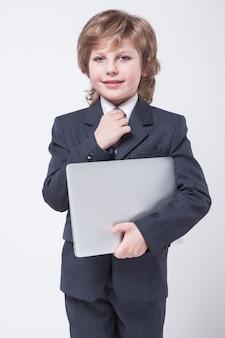 Joven en camisa y corbata con un portátil