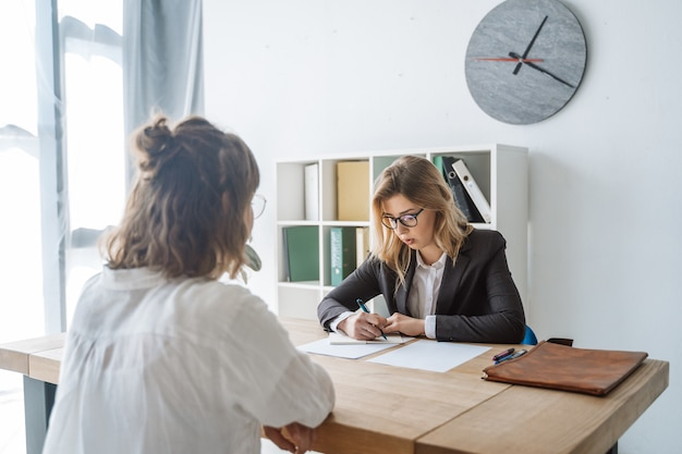 Joven candidata entrevistada por el empleador