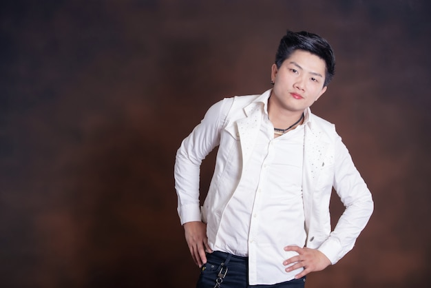 Joven cantante guapo en ropa casual