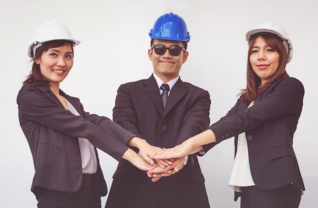 Joven capataz coordina las manos. concepto de trabajo en equipo