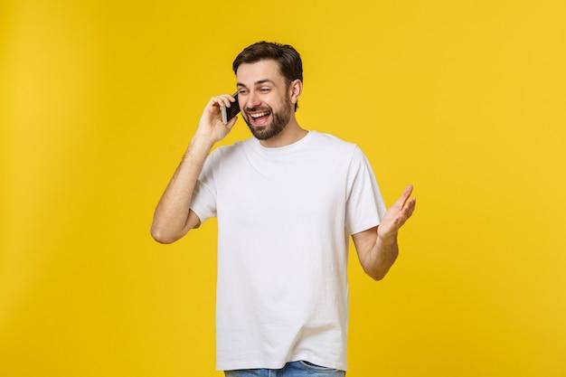 Joven casual hablando por teléfono aislado