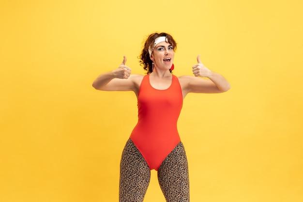 Joven caucásica de talla grande modelo femenino de formación en amarillo