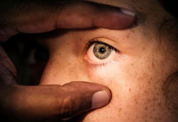 Joven, caucásico, niña, obteniendo, un, examen de ojo