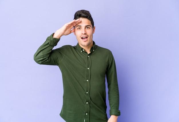 Joven caucásico posando en saludo militar