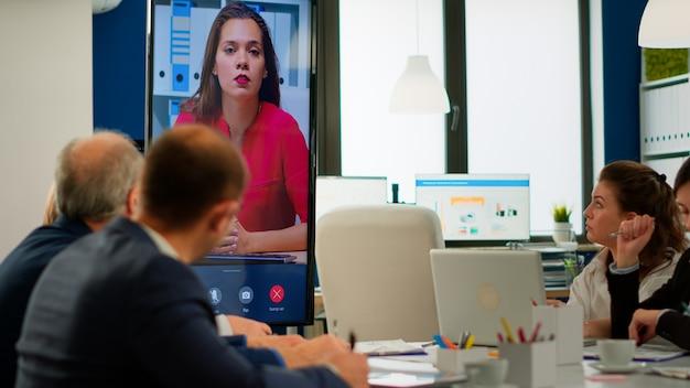 Joven ceo hablando a la cámara durante una presentación de video comercial virtual para socios comerciales. confianza empresaria hablando con la formación de webcast de transmisión por web cam, haciendo una llamada de conferencia en línea.