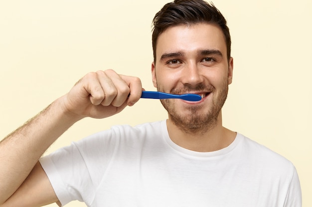 Joven, cepillar sus dientes