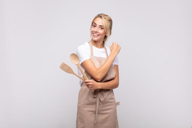 Joven chef que se siente feliz, positiva y exitosa, motivada cuando se enfrenta a un desafío o celebra buenos resultados.