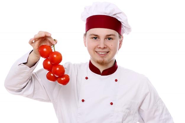 Joven chef con tomates