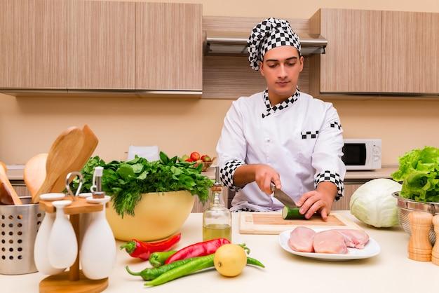 Joven chef trabajando en la cocina