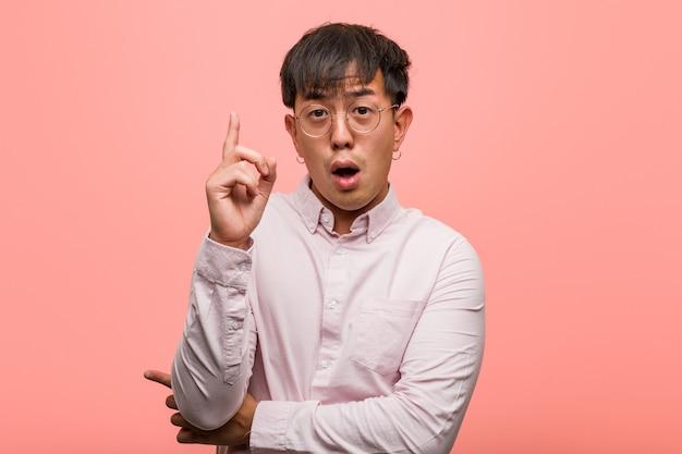 Joven chino con una gran idea, concepto de creatividad
