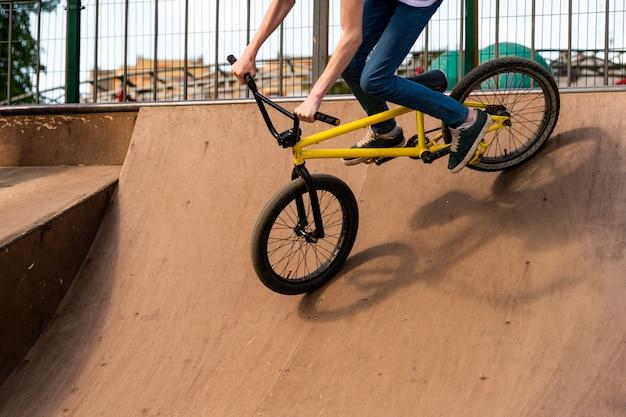 Joven ciclista bajando la rampa. guy está rodando por la bicicleta desde la rampa.