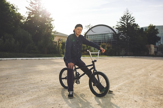 Joven ciclista de bmx