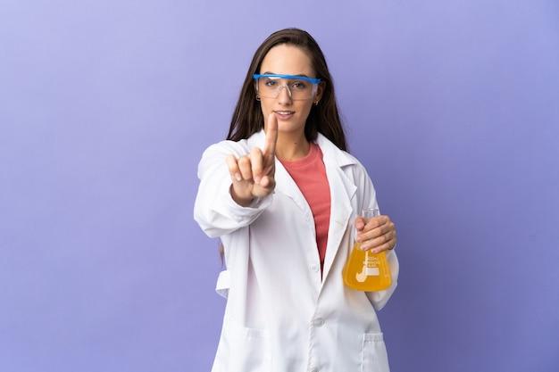 Joven científica sobre mostrando aislado y levantando un dedo