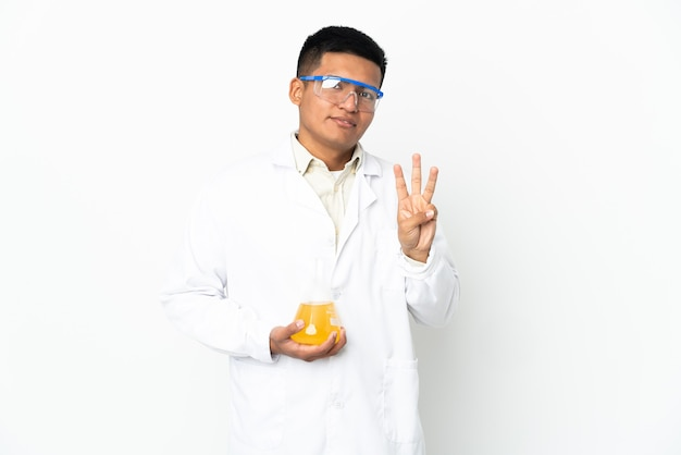 Joven científico ecuatoriano feliz y contando tres con los dedos