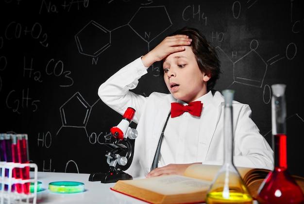 Joven científico en el laboratorio