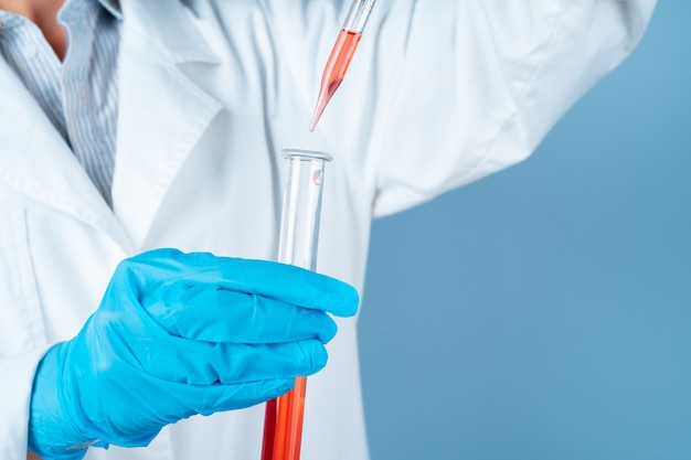 Joven científico con probeta haciendo investigación en laboratorio clínico. especialista en ciencias profesionales en el trabajo.