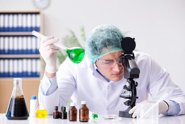 Joven científico trabajando en el laboratorio.