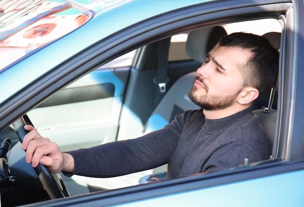 Joven en coche durante el atasco de tráfico