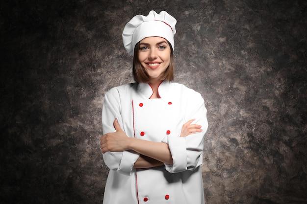 Joven cocinera posando