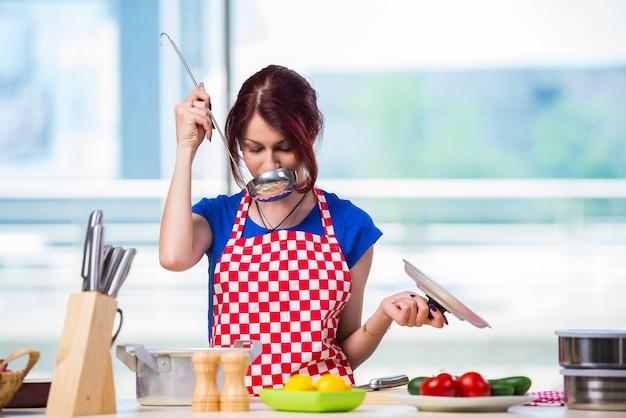 Joven cocinera trabajando en la cocina.