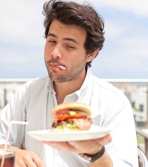 Joven comiendo una hamburguesa