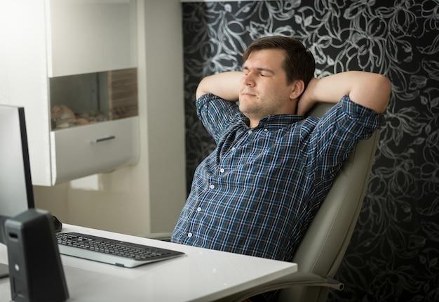 Joven concentrado trabajando en equipo en la oficina en casa