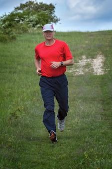 Joven corriendo en el campo